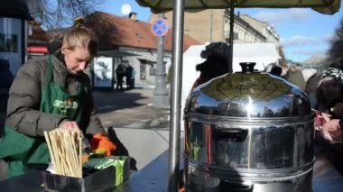 Kopers zijn wachten rij leverancier spreads boter gebakken maïskolf — Stockvideo