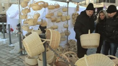 Choose wicker basket outdoor crafts market fair — Stock Video