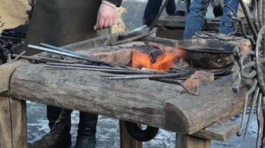 Iron steel rod heat glow fire ember prepare blacksmith hammering — Vídeo de stock