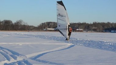 Ice sailing surfing kiteboarder hobby winter lake — Stock Video