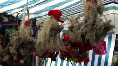 Feria exposición de brujas sobre escobas de paja remolque y materiales — Vídeo de stock