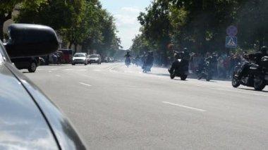 Motorkáři ride motocykly projít ulice — Stock video