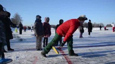 Grać eisstock w Curlingu skate zamrożone jezioro lodowe Troki zima — Wideo stockowe