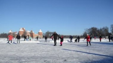 Recreate winter sport skate ice frozen lake castle — Stock Video