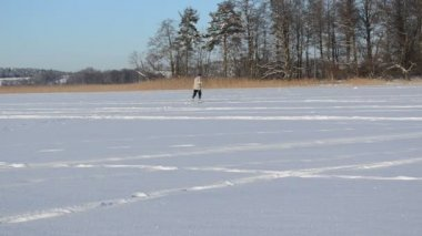 Active man skier recreate sport trip frozen lake island — Stock Video