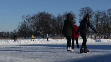 Activa los deportes de invierno patinar en el hielo del lago limpia nieve — Vídeo de stock