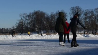 Active winter sports skate on lake ice clean snow — 图库视频影像