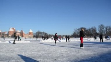 Winter sport skate ice frozen lake castle fort trakai — Stock Video