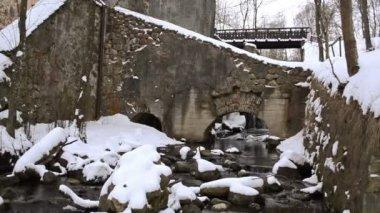 Edificio arroyo flujo archs piedras nieve invierno retro del molino de agua — Vídeo de stock