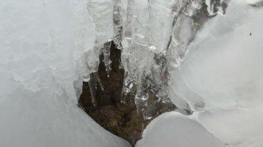 Trapsgewijs ijs ijskegel berg grot waterdruppel smelten winter — Stockvideo