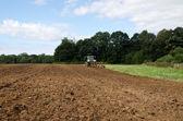 トラクターで耕農業分野の夏 — ストック写真