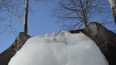 Beek huidige ijs icicle mountain rock blauwe hemel waterbron — Stockvideo