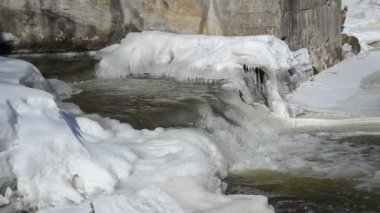 Closeup river cascade stairs water flow frozen art cold day — 图库视频影像