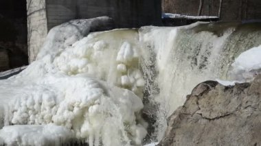 Old river water dam water flow mumur frozen ice icicles winter — 图库视频影像