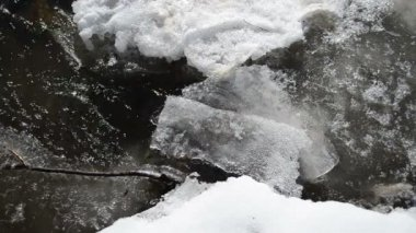 Partly frozen rapid brook water flow stream air bubble winter — Stock Video