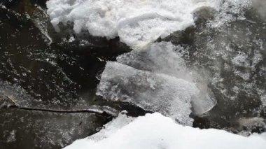 Částečně zmrazené rychlý potok vody toku proudu vzduchu bubliny zimní — Stock video