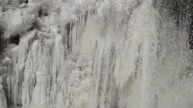 Closeup frozen ice hang creek water flow winter — Stock Video