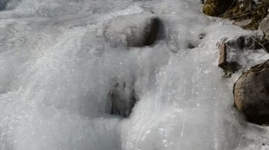 Frozen creek water crystal amazing sun reflection water winter — Stock Video