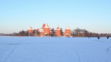 Evening sunset Trakai castle snow tourists leisure — Stock Video
