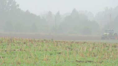Tractor plow agriculture field morning fog — Stock Video