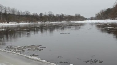 Rivière forêt fragment floe de glace flottante de l'eau hiver — Vidéo