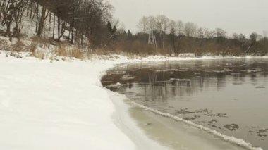 Voiture aller route et panorama rivière avec floe flottant de l'eau — Vidéo