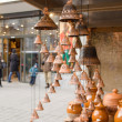 Clay pots hang bells ware store shop market people - Stockfoto