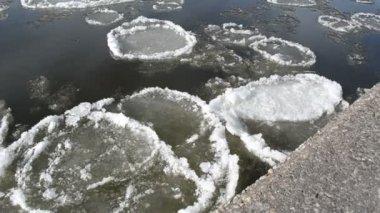 Donmuş kar çimento yüzeyler parça büyük karanlık nehri yüzüyor — Stok video