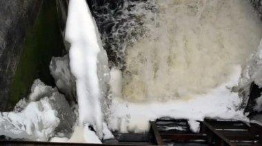 Strong water current flow splash vintage dam ice snow winter — Stock Video