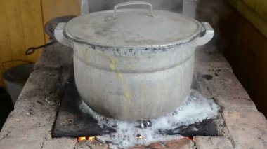 Zoom out big pot boil water flow burn old rural old rural stove — Stock Video