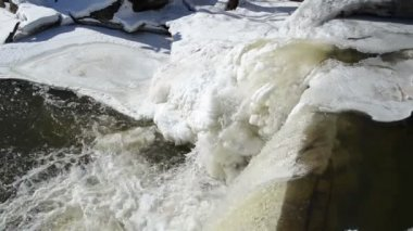 Closeup river cascade corner edge water splash bubble ice frozen — Stock Video