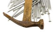 Martillo oxidado vintage con curvas uñas pila aislado — Foto de Stock