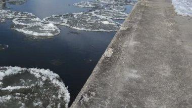 девушка тротуар реки льда — Стоковое видео