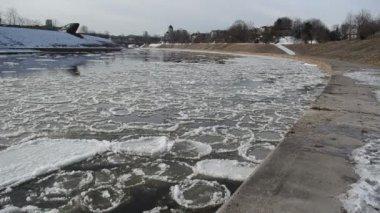 Last winter days river — Stock Video