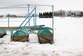 Zima śnieg brzeg jeziora baryłkę quay molo ze stali — Zdjęcie stockowe