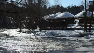 Summer houses cottage covered snow rapid frozen river winter — Stock Video
