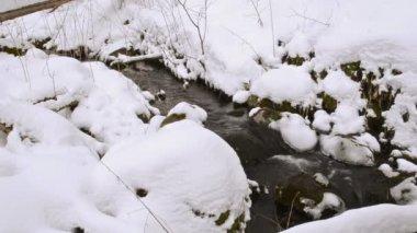 Creek-wald zwischen steine links winter frühlingsschnee — Stockvideo