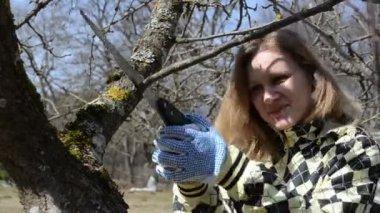 Jarní práce zahradní žena — Stock video