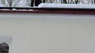 Człowiek nachylenie dachu śnieg spadnie — Wideo stockowe