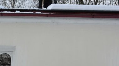 Homme pente toit neiger — Vidéo