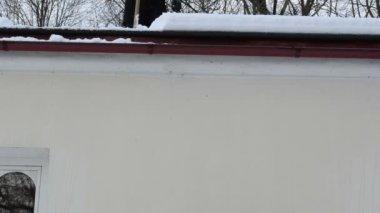Mann neigung dach schnee fallen — Stockvideo