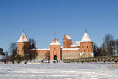 Frozen lake tourists recreate castle Trakai winter — Stock Photo