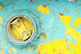 Geschälte farbe giftig fass loch hintergrund geschlossen. — Stockfoto