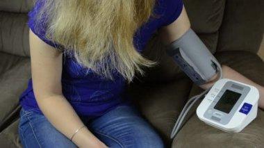 女人测量压力 — 图库视频影像