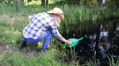 Farm girl watering-can — Stock Video