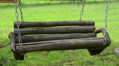 Empty wooden swing chain — Stock Video