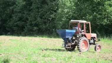 Machine zaad zeug veld — Stockvideo