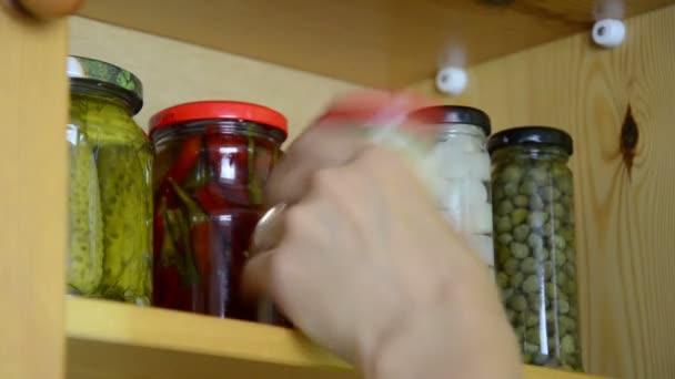 Tarros de verduras en escabeche — Vídeo de stock