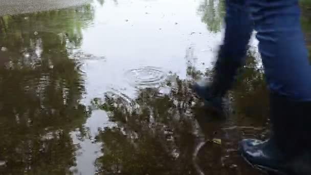 Femme croix eau de trempage — Vidéo
