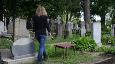 Woman depressed cemetery — Vídeo de Stock